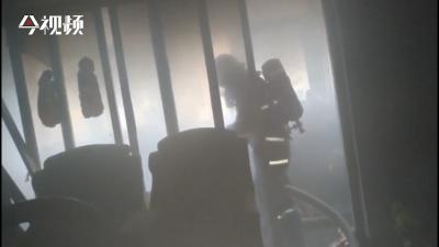 江西南昌:阳台杂物起火 消防紧急扑救
