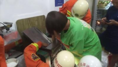 江西南昌:女子手卡压面机 消防迅速救援