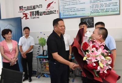 犹 王莹在教师节看望慰问教师代表