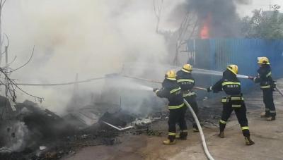江西南昌:暖!消防员灭火后 小伙送来西瓜感谢
