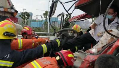 江西南昌:驾驶员被卡昏迷 消防员举40分钟吊瓶