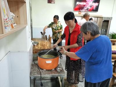 """萍乡上埠镇:幸福食堂里的""""管事大姐"""""""