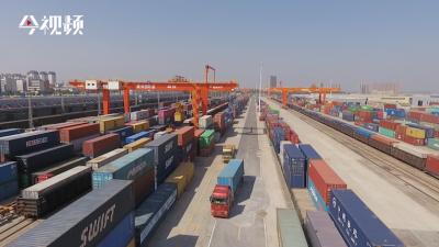 """跨境电商货物搭上中欧班列""""快车"""""""