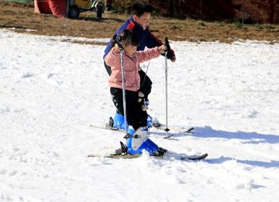 冰雪庐山滑雪季缤纷开启 游客纷至沓来