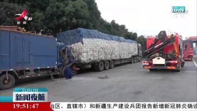 赣州:货车追尾两人被困 消防紧急救援