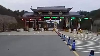 太不雅!离出口仅百米停车小便 两司机被扣12分