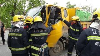 江西南昌:货车追尾女子被困 消防紧急救援