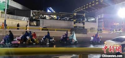 """广西桂林一辆大客车被限高栏""""削顶""""致1死6伤"""