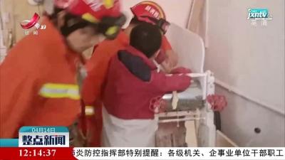 赣州:男孩手卡压面机 消防及时救援