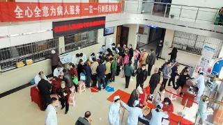 江西一医院邀请专家为200余名群众义诊