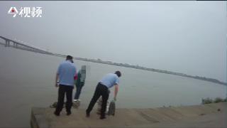 轻生女生跳下湍急赣江  民警随即纵身一跃入水救人