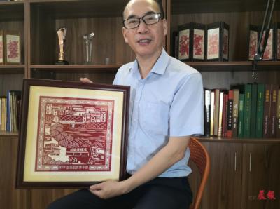"""樟树剪纸艺术家耗时3年创作剪纸 献给""""党的百岁生日"""""""