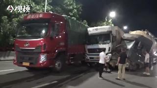 江西南昌:4車相撞1人被困 消防緊急救援