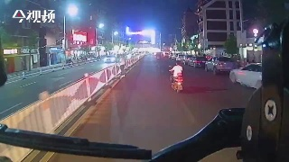 南昌:电动车路中骑行无视鸣笛 一路阻挡出警消防车