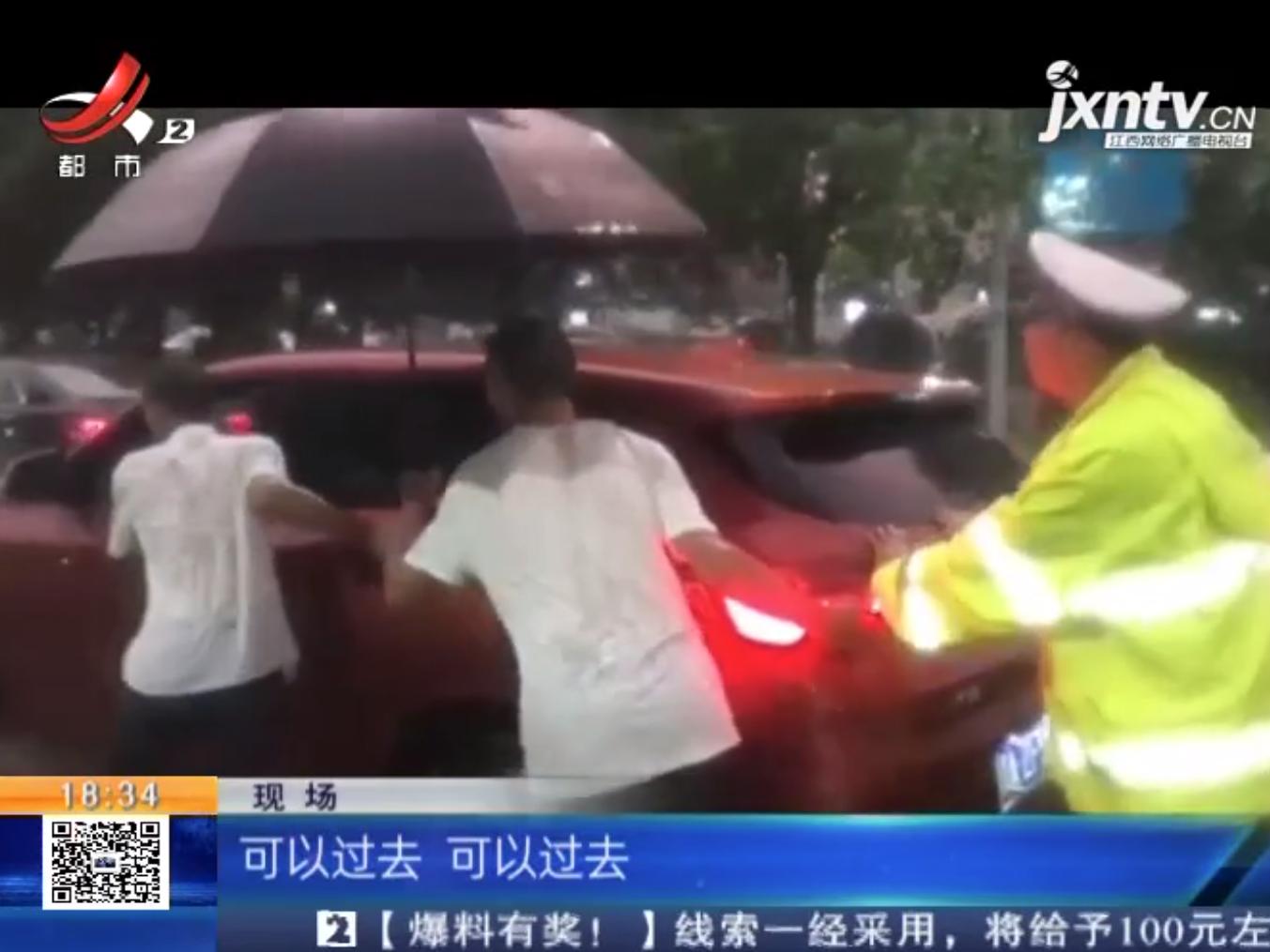 """南昌:渾身濕透徒手推車 暴雨中""""警""""色最美"""