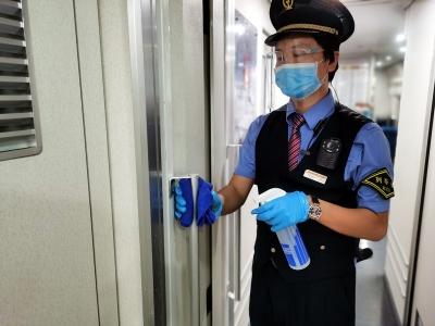 加强列车消毒 做好疫情防控工作