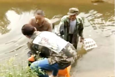 揪心:老人意外落水 暖心:众人合力施救