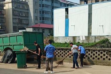 云山集团农贸公司汛期不忘环境整治