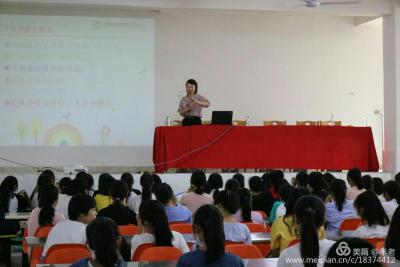 省青春健康专家、县妇联、县教体局携手走进新干中专开展青春期健康教育宣讲活动