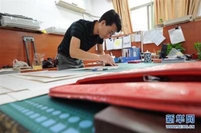 江西新干:箱包产业带动就业