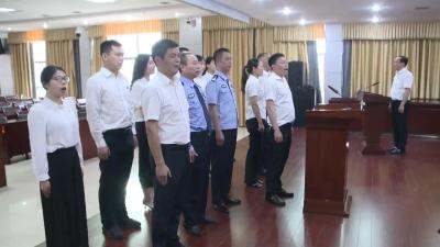 我县组织13名国家工作人员对宪法宣誓