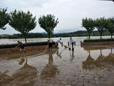 湄湘河湿地公园清扫暴雨过后桥面淤泥、垃圾等
