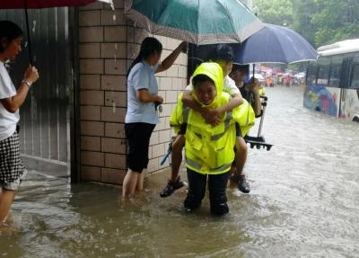 """新干:暴雨积水致困,交警开辟""""回家通道""""!"""