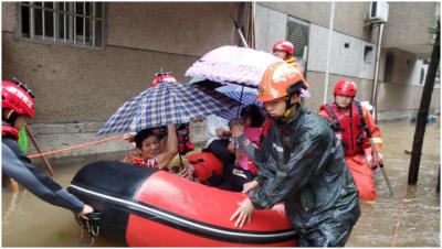 江西:新干城区内涝 救援大队紧急疏散群众