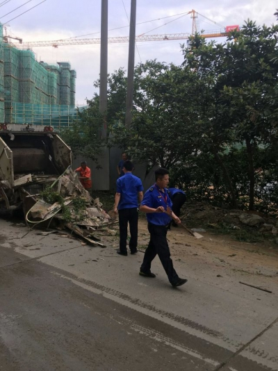 县城管大队:清理卫生死角,改善人居环境