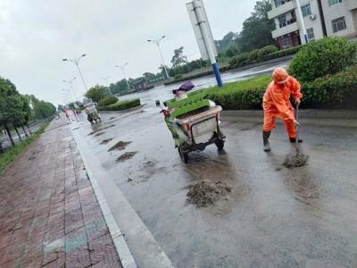 洪水退后淤泥清理忙