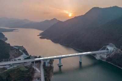 这旅程很中国!坐最美高铁看壮美山河