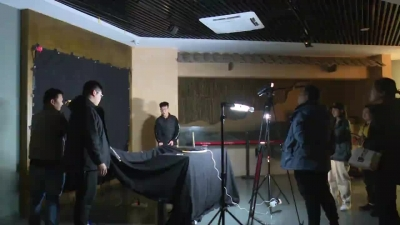 中央七套国防军事频道《兵器面面观》栏目在新干拍摄青铜器
