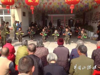 井福苑幼儿园师生中心敬老院开展献爱心主题活动