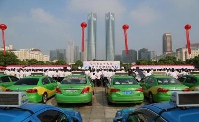 江西南昌:出租汽车行业万人签名承诺文明服务