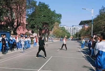 """激情释放 """"羽""""你绽放 ——吉水中学高二年级举行羽毛球比赛"""