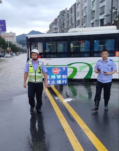 暴雨来袭 吉水城区多处路段积水严重 交警提示