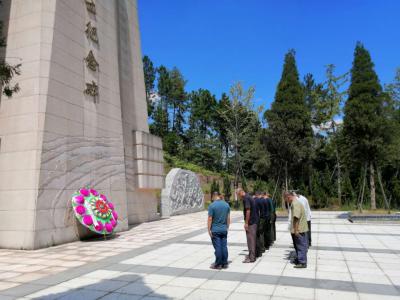乌江镇退役老兵缅怀革命先烈 重温革命印记