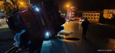 挂车侧翻司机被困,吉水交警连夜救援