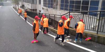 """志愿服务进社区,打扫卫生暖人心——城东小学开展""""我为群众办实事""""活动"""