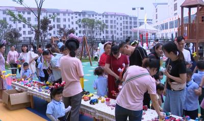 """六一儿童节:城南中心幼儿园举行 """"爱心手拉手、接力心连心""""义卖活动"""