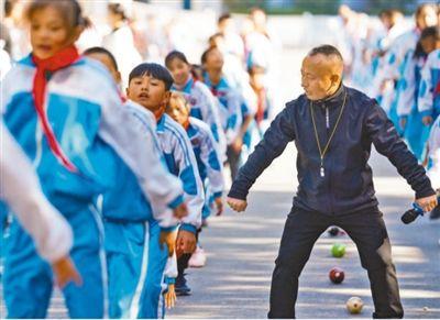 """江西麻田中心学校校长朱志辉20余年探索体教融合—— """"把梦想的种子传递下去""""(老师,您好)"""