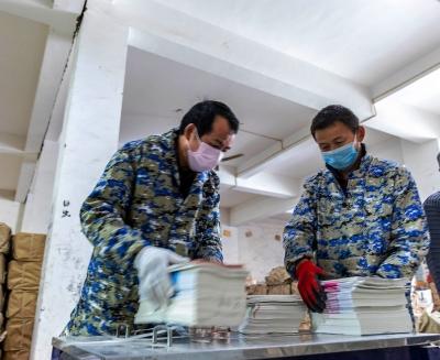 江西都昌:疫情防控不忘祖国未来 300万册教材以备如期投入使用