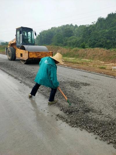 骆开提深入重点项目建设工地慰问一线工人