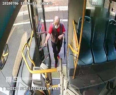 7旬老人来青旅游迷路  公交车司机暖心送回