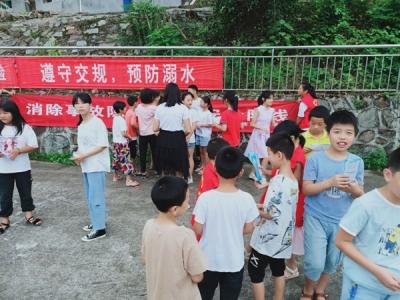 """贵溪市西窑林场开展""""消除事故隐患 筑牢安全防线""""志愿者宣传活动"""
